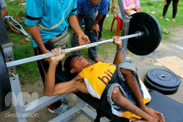 Para-Games candidate does bench press