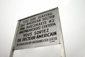 That famous sign at Checkpoint Charlie ©Insider Tour