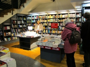 Hodges Figgis - browsing the sale...