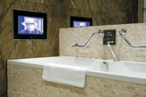 Radisson Blu Royal Hotel Dublin - Suite Bathroom 'Aqua-Vision'