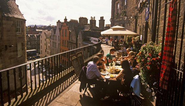 Al Fresco dining on Victoria Street