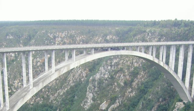 Face your fears at the Bloukrans Bridge, the world?s highest bungee, in Tsitsikamma
