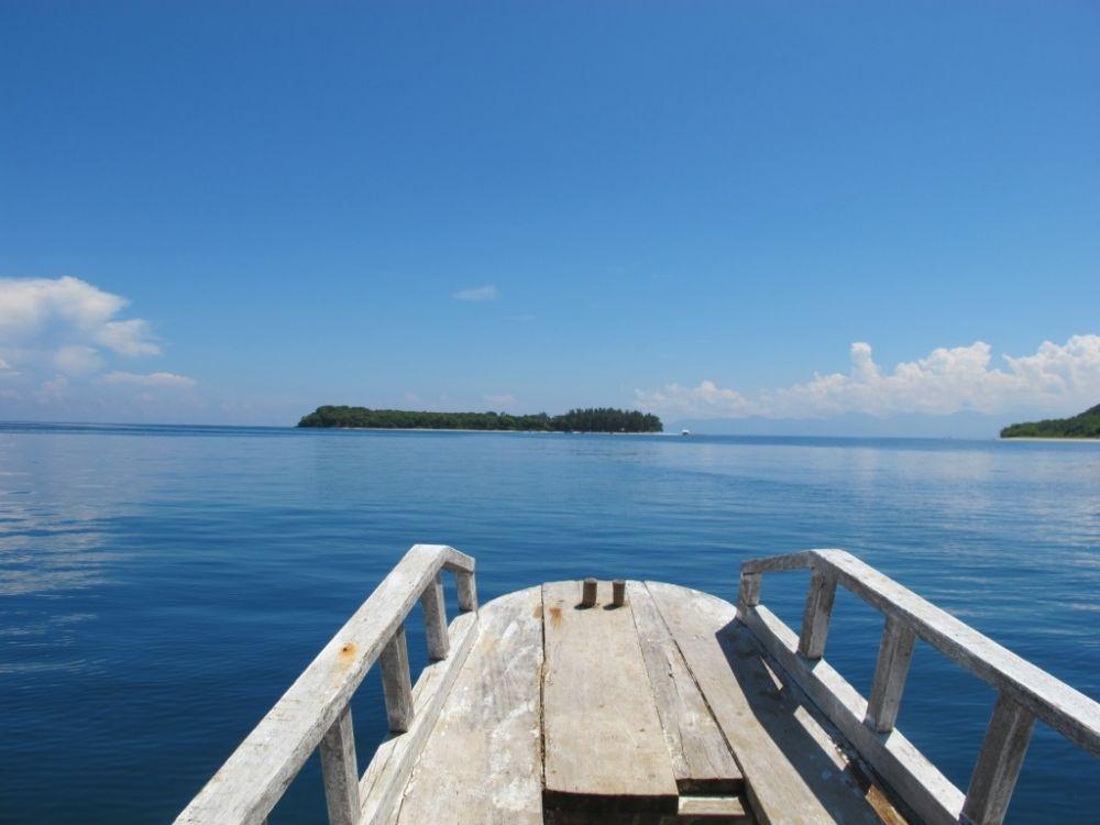 Approaching Gili Nanggu - water is perfect for diving