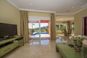 5 Bed Villa for sale in Benahavis - €825,000