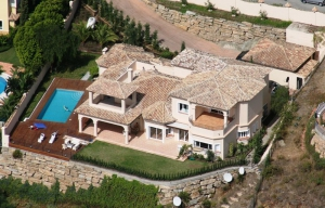 5 Bed Villa for sale in Benahavis - €1,950,000