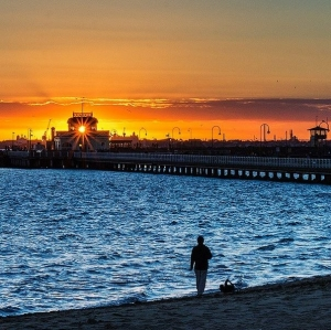 Sunset on St Kilda Pier: Photo @pettypoh13