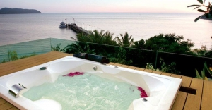 Outdoor jacuzzi that overlooks the pier and the bay