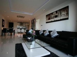 Spacious living, dining & kitchen area