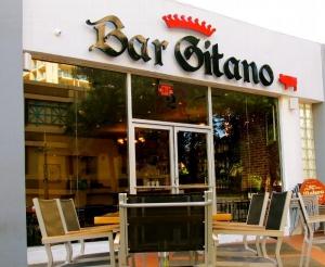 Bar Gitano, Condado, Entrance