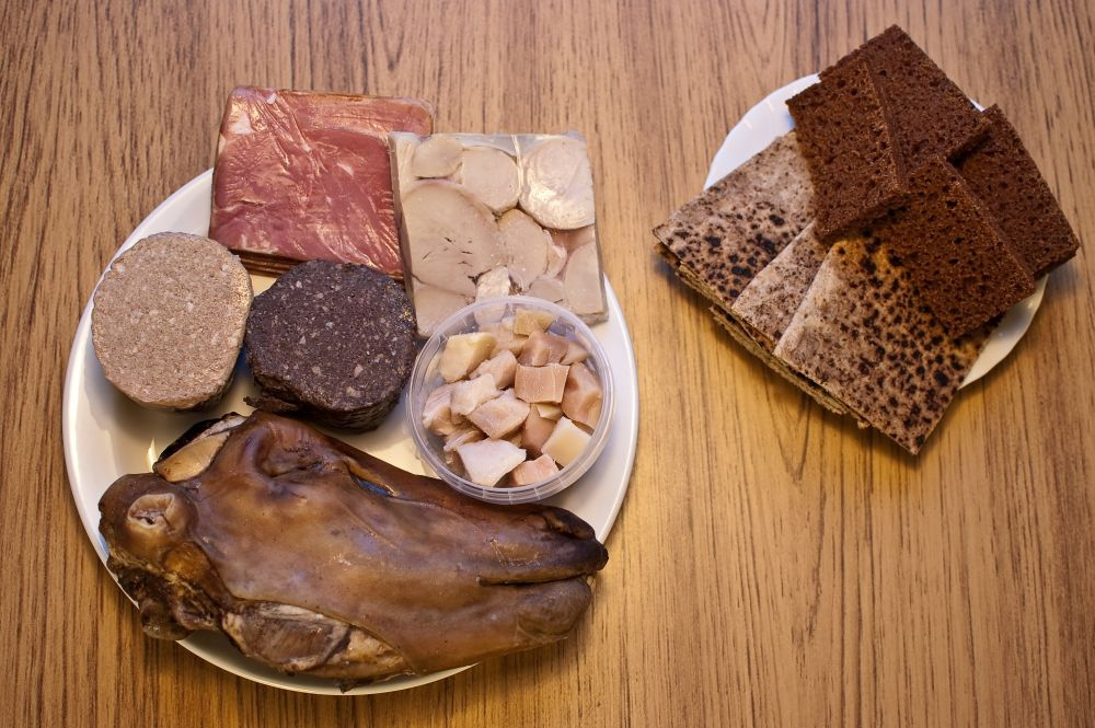 Grab a plate, dinner is served! Clockwise we see Svið, liverwurst and blood pudding, Hangikjöt, ram