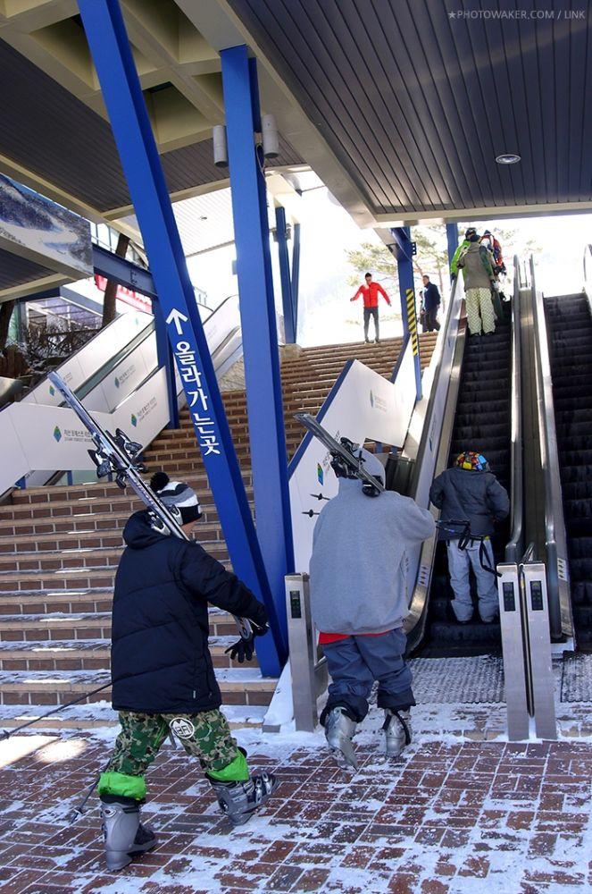 People going up the escalator at Jisan