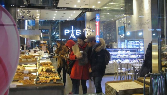 A couple at Paris Baguette Flagship Bakery, Gangnam Station