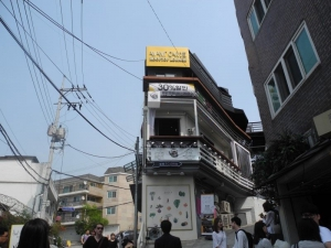 Avant Garde Rooftop is in this building in Gyeongnidan