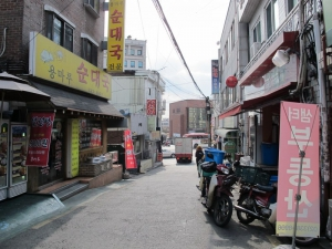 Alley where Boa Guesthouse is on also has many small restaurants and a small mart for groceries