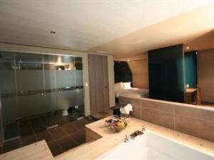 Standard Room Bathroom - Cats Hotel