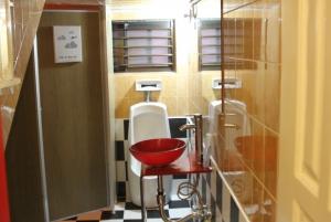 Common area bathroom Mr Comma