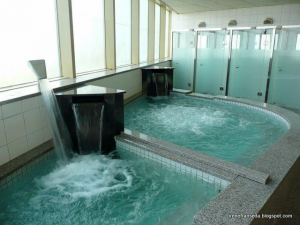 Hot and cold water jet pools, with shower rooms