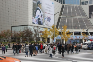 People in front of Doota Shopping Plaza, Dongdaemun