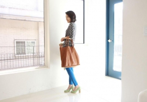 Brown Leather bag and skinny blue jeans