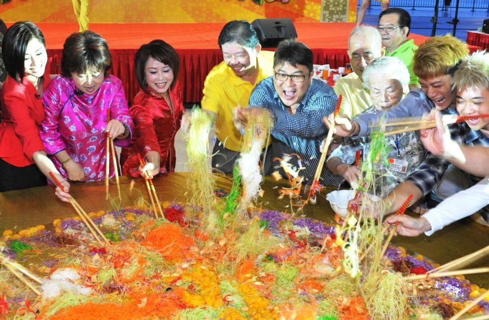 Yu Sheng Tossing- Photo Credit Kreta Ayer-Kim Seng Citizens
