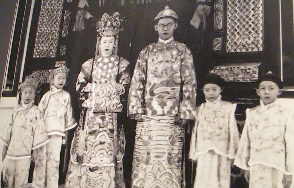 A Peranakan family with their traditional attire