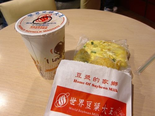 World Soy Milk King Yonghe Yongho Taipei Taiwan cheap late night eat in taipei soy bean drink fried dough egg pancake