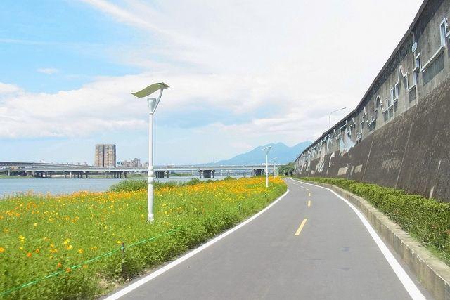 Riverside cycling path, Taipei / photo courtesy of Fujii Taiyo